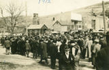 Crowd leaving Pomeroy depot, Pomeroy, Washington, 1912